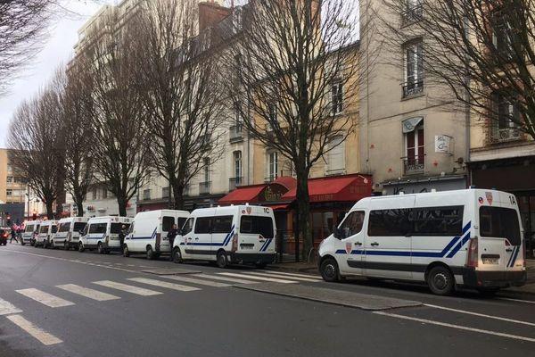 Des cars de CRS aux abords de la marche pour le climat à Rennes ce 8 décembre