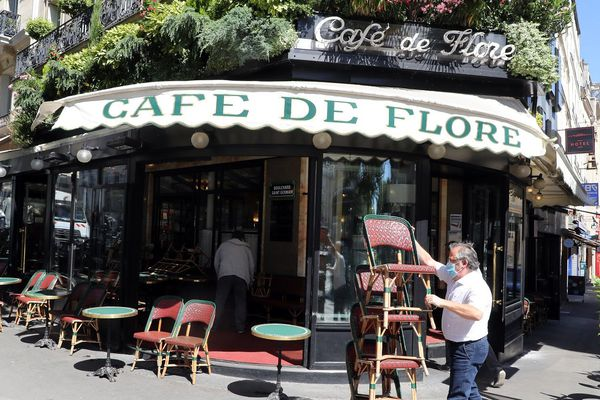 Le célèbre café de Flore à Paris prépare la réouverture de sa terrasse.