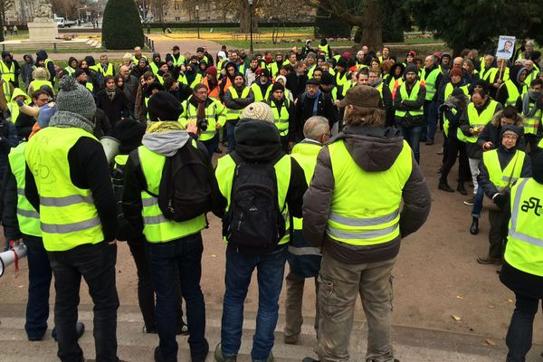 Manifestation des gilets jaunes ce samedi aux alentours de 10h30, place de la République à Strasbourg.