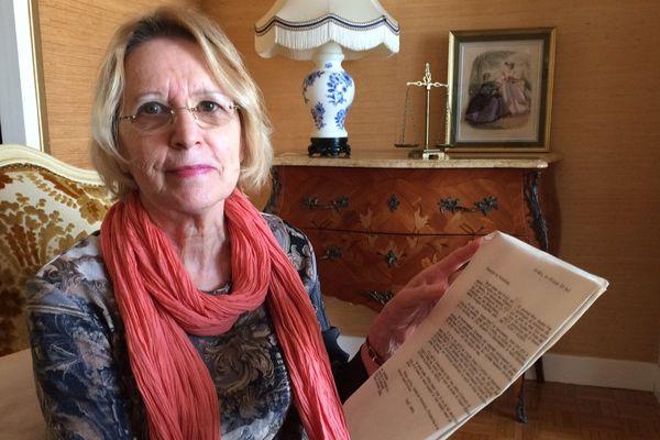 Jacqueline Dieuleveut montrant l'un des courriers entre l'ambassadeur d'Allemagne et Pierre Laval datant du 17 août 1944, une série de lettres découvertes dans les archives de sa mère.