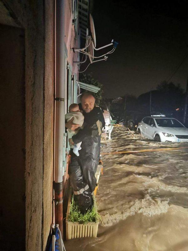 Un sapeur-pompier des Alpes-Maritimes en train d'évacuer un bébé de 4 mois lors d'une inondation à Pégomas.