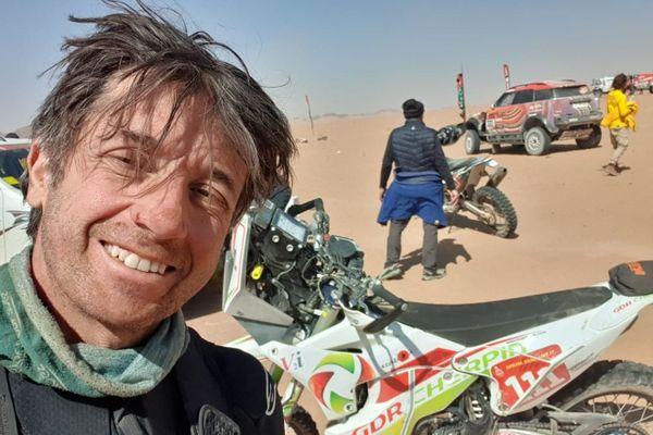 Pierre Cherpin, pilote de moto amateur lillois, lors de l'édition 2021 du Dakar en Arabie saoudite.