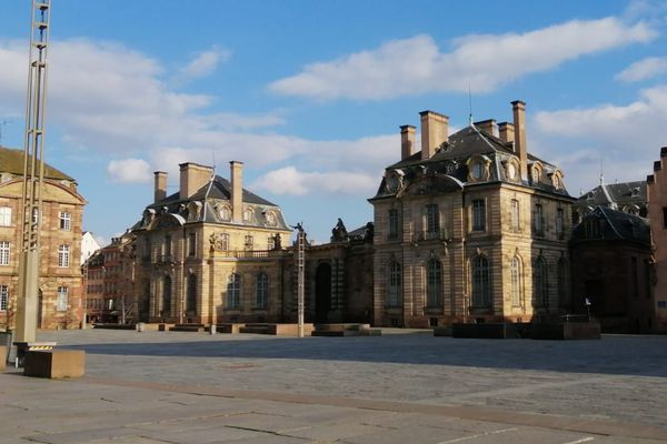 Place du Château déserte, le jour du confinement, mardi 17 mars 2020