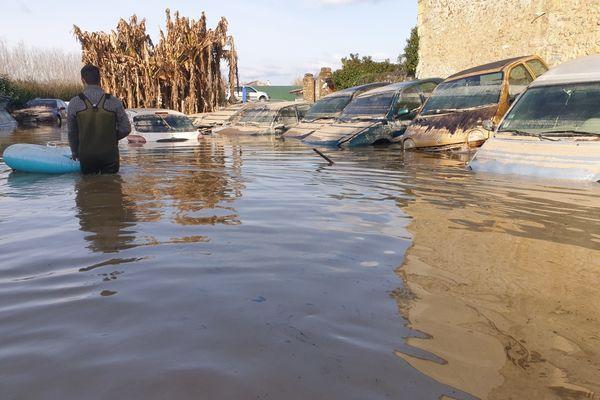 Bruno au milieu des voitures de ses clients emportées par les eaux de la Garonne