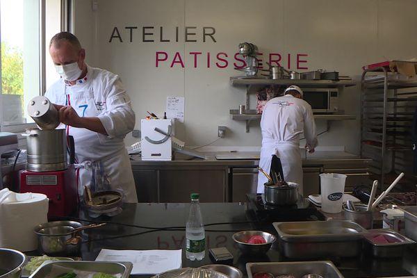 A Châteauneuf-sur-Isère  (Drôme), David Bourneet Jérémie Gruson s'entraînent pour décrocher le titre de meilleur charcutier traiteur du monde. Le concours se tient au Sirha, à Lyon.
