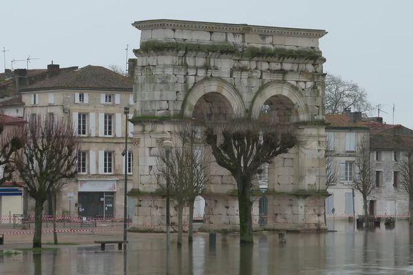L'arc de Germanicus, emblème de la ville, a toujours les pieds dans l'eau.