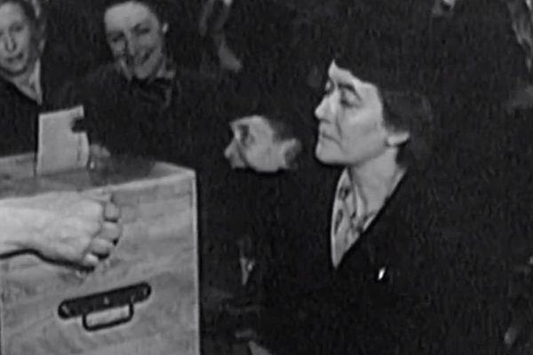 Yvonne De Gaulle vote, elle aussi, pour la première fois ce 29 avril 1945.