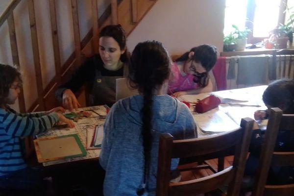 Annabelle est blogueuse. Elle pratique depuis longtemps l'Instruction en famille avec ses quatre enfants.