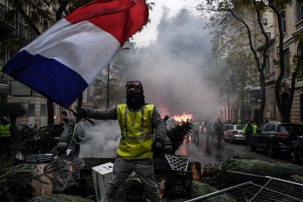 """Un manifestant """"gilet jaune"""" à Paris, samedi 1er décembre."""