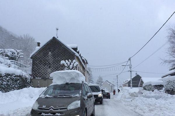 Les vacances de Noël sont finies et les touristes repartent de la station du Mont-Dore dans le massif du Sancy. Ils emportent en souvenir près d'un mètre de neige sur le toit de leur voiture.