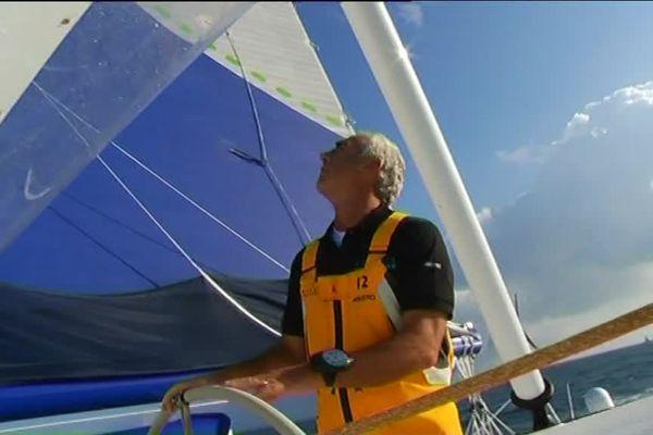 Loïck Peyron, skipper au dernier moment du maxi multicoque Banque Populaire, gagne la Route du Rhum 2014