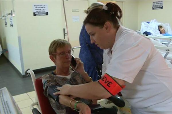 À défaut de disposer d'assez de lits pour accueillir les patients, le personnel les fait attendre, à contrecœur, dans les couloirs.