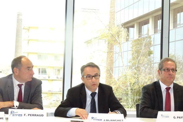 J Blanchet,président de la Fédération régionale du Batîment était entouré des présidents de toutes les fédérations départementales,ici F. Perraud (Ain) et G.Payen (Ardèche), pour lancer ce plan d'urgence.