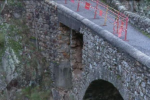 Le pont reliant le hameau des Grisières à Montpezat-sous-Bauzon menace de s'effondrer... 10/11/18