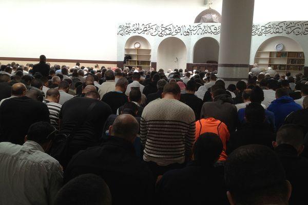 Un millier de fidèles se sont recueillies pour les deux jeunes tués vendredi dans le quartier des Granges. 500 personnes n'ont pas pu rentrer dans le lieu de culte et ont prié dehors.