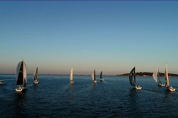 Les concurrents des 900 Nautiques, au départ dans le golfe de Saint-Tropez.