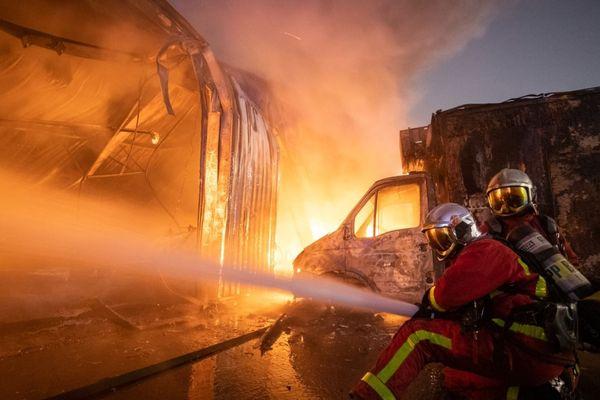 Le feu a ravagé un garage mécanique d'environ 1300 m2.