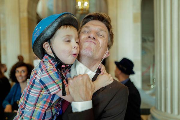 Mathieu Klein, nouvellement élu maire, félicité par un de ses enfants