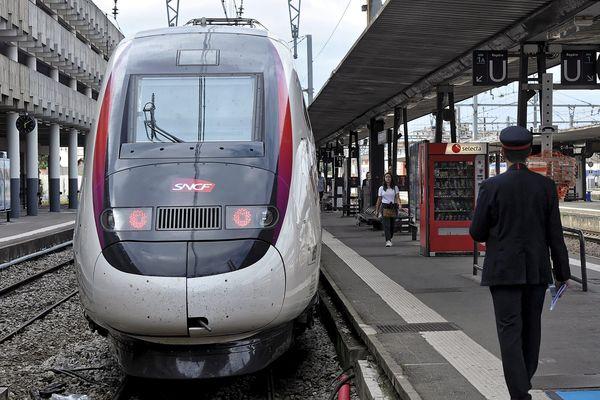 TGV en gare de Toulouse Matabiau le 2 juillet 2017 TGV inaugural de la LGV Océane qui relie Paris à Toulouse en 4 heures