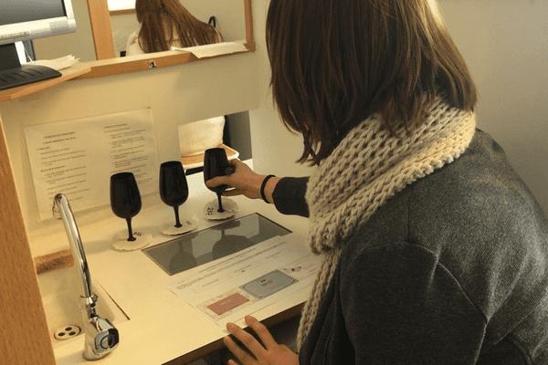 Les étudiants et professeurs de tout le campus étaient invités à déguster les vins.