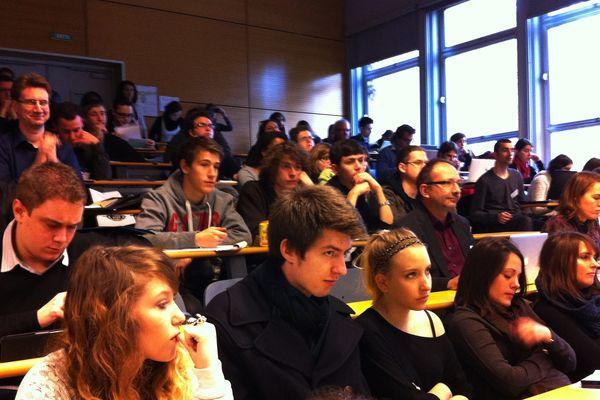 Une centaine de journalistes, chercheurs et d'étudiants sur les bancs de l'amphithéâtre Arendt.