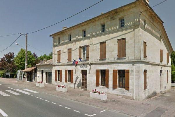 Dans la mairie du village, depuis l'accident de Puisseguin, la salle de conseil permet aux habitants de venir se recueillir.