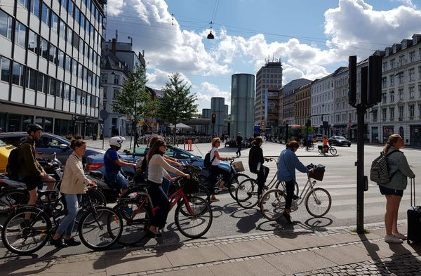 Une rue de Copenhague, au Danemark. Avec Amsterdam aux Pays-Bas, la ville est citée comme un exemple car elle a été entièrement réaménagée pour accueillir piétons, vélos et transports en commun.