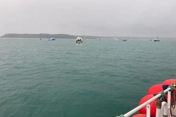 Une flottille d'environ 60 bateaux s'est rassemblée ce matin, devant le port Saint-Hélier, à Jersey, pour protester contre les nouvelles conditions de pêche décrétées par les autorités locales.