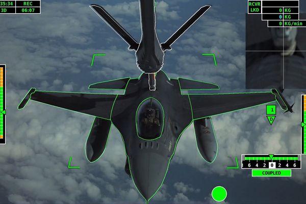 Les premiers contacts de ravitaillement en carburant entièrement automatisés entre un avion-citerne Airbus et un avion de chasse F-16 de l'armée de l'air portugaise.