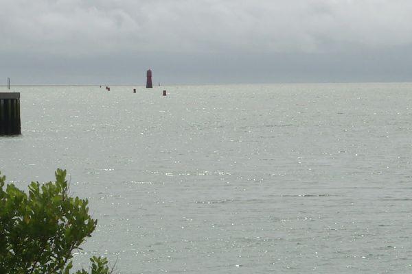 Le plan d'eau est désert à La Rochelle