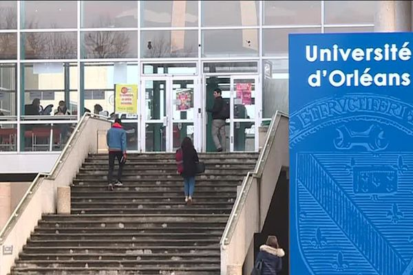 Deux étudiants devant un campus de l'Université d'Orléans