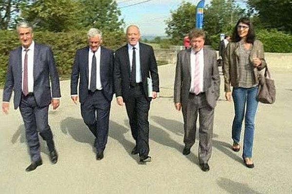 Stéphane Richard, le PDG d'orange, entouré par des élus du Languedoc-Roussillon lors de sa visite à Saint-Théodorit dans le Gard - 30 septembre 2015