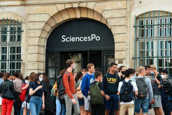 Des lycéens et parents d'élèves dénoncent le manque de transparence sur les critères de sélection au concours de Sciences Po.