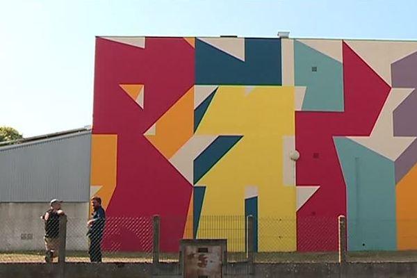 L'un des murspeints par Eltono à Niort. Ici, sur un bâtiment hospitalier.