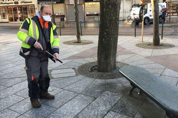 Benjamin, agent de la voirie à Deauville, procède à la désinfection de l'espace public afin de lutter contre la propagation du Covid 19.