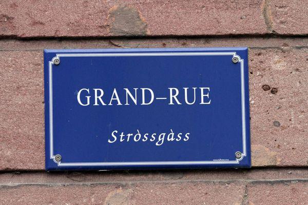 Une plaque de nom de rue traduite en alsacien à Kientzheim.
