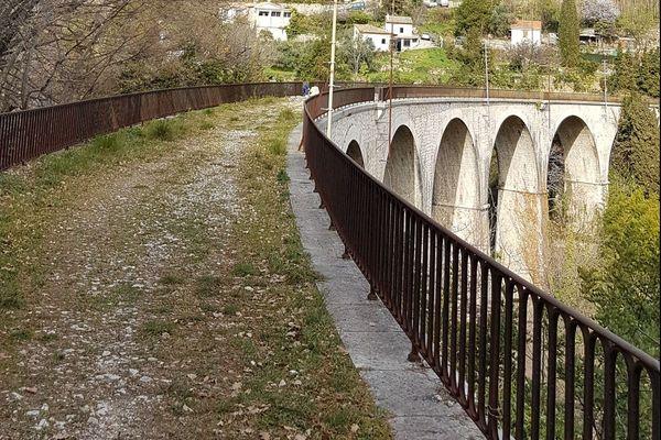 Photo du viaduc du chemin de fer de Provence que la commune de Saint-Jeannet veut transformer en poste cyclable.