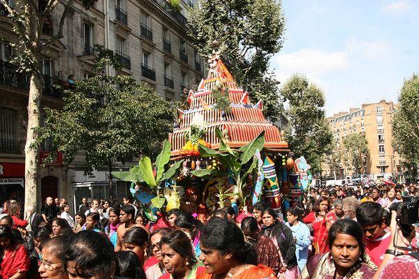La statue de Ganesh a été transportée sur un char