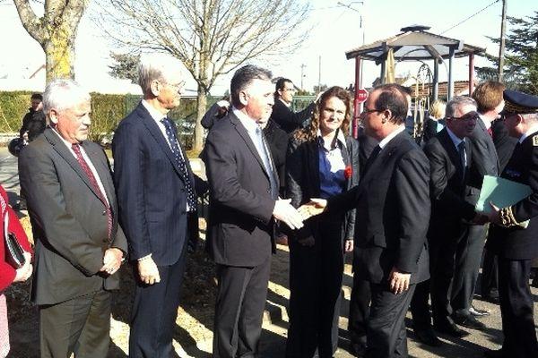 François Hollande serrant la main de Franck Prêtre, directeur du CFA de Blois