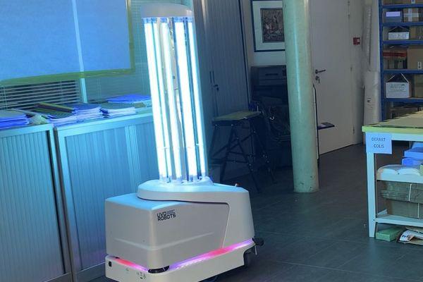 Ce robot disperse autour d'elle des rayonnements ultra violets de type C pour détruire toutes les bactéries.