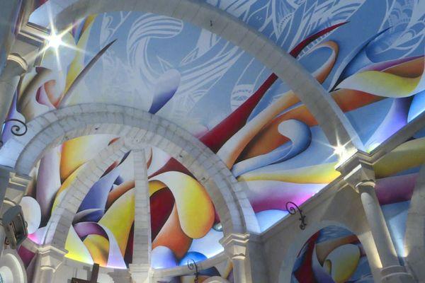 Courbes et couleurs lumineuses au plafond du choeur de l'église de Châtelaillon-Plage.