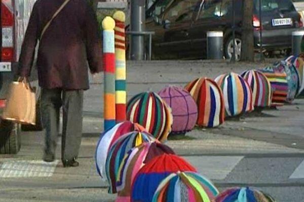 Pour débuter la Semaine bleue à Dreux (Eure-et-Loir), jeunes et moins jeunes se sont mis à leurs aiguilles et ont habillé lundi matin le mobilier urbain.