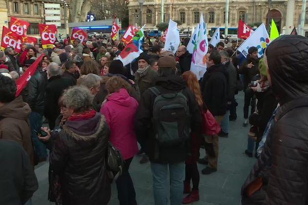 Près de 400 personnes se sont rassemblées devant la préfecture de Marseille.
