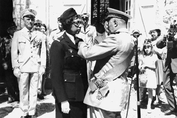 En 1961 aux Milandes, Joséphine Baker reçoit la croix de guerre et la légion d'honneur des mains de Martial Valin, Commandant en chef de l'armée de l'air Française de 41 à 44