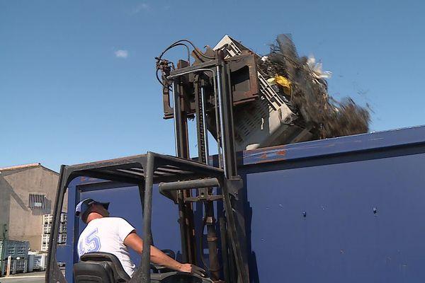Les grands moyens pour acheminer les déchets très lourds récoltés au Mourre blanc.