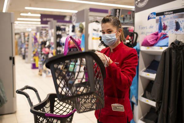 Une famille de quatre personnes dont deux enfants de plus de 11 ans pourrait débourser jusqu'à 228 euros par mois pour se fournir en masques chirurgicaux.