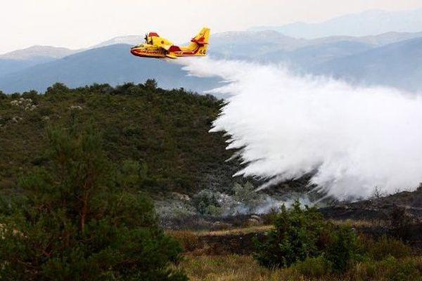 Trois avions Canadair ont été déployés pour éteindre l'incendie près de Perpignan dans les Pyrénées-Orientales. - Illustration
