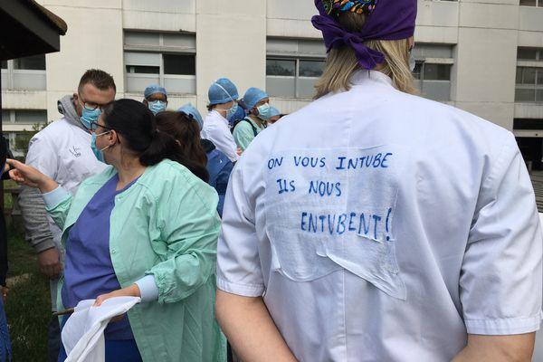 Les infirmiers anesthésistes du CHU Grenoble Alpes en grève ce lundi 17 mai.