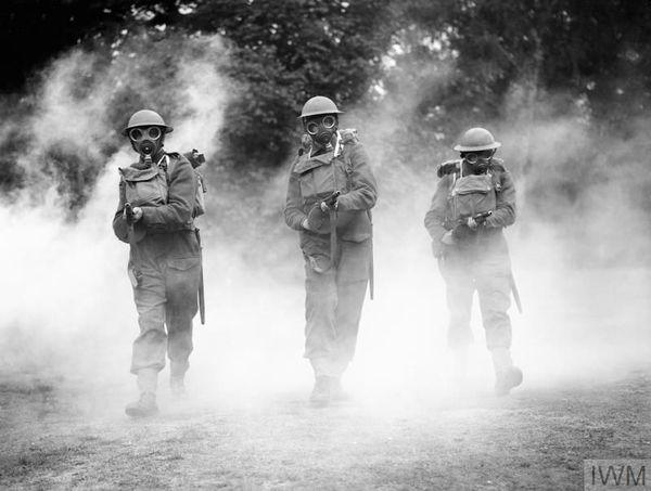 Des soldats britanniques portant des masques à gaz à l'entraînement, près de Woking (Surrey, sud de l'Angleterre), le 8 juillet 1940.