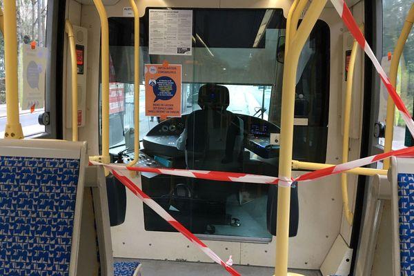 A proximité de la cabine conducteur, les entrées et les sièges sont condamnés.